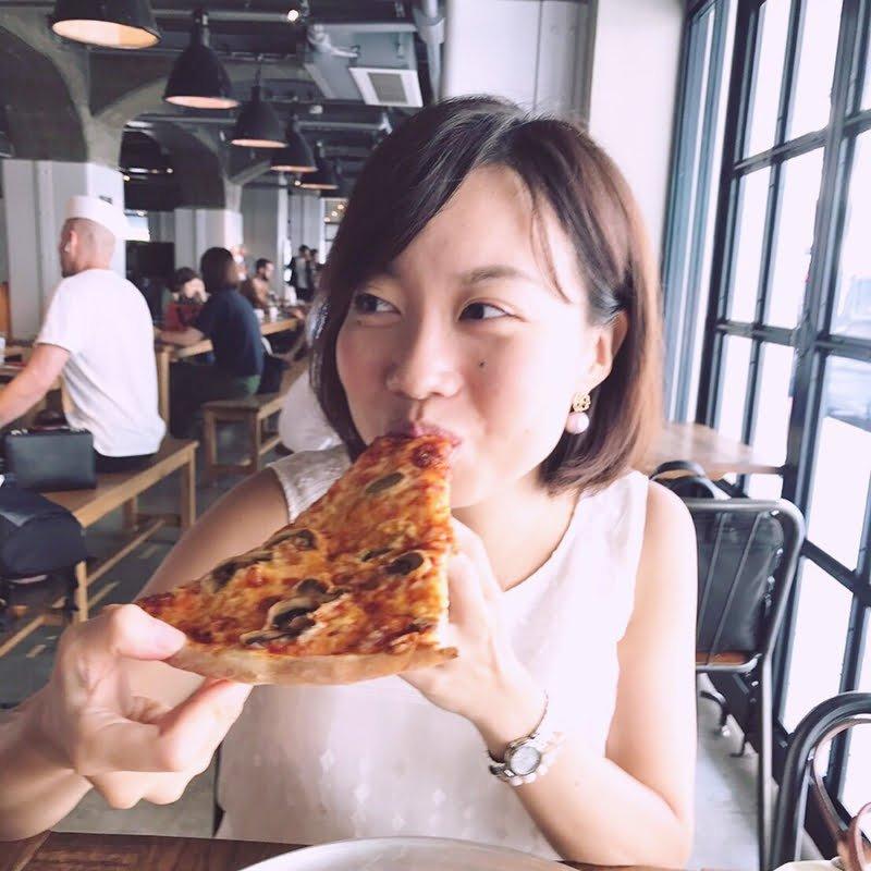 ピザを食べる女性の写真